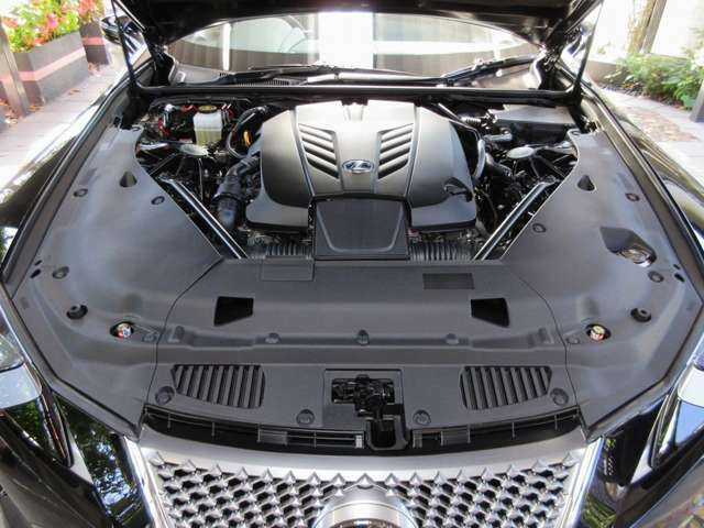 もうこの先、造られることが無くなるだろうと言われる「大排気量自然吸気V8エンジン」。LCが持ち合わせるポテンシャルを限界域まで昇華させたスペシャルエンジンです。LEXUSの真骨頂HYBRIDより人気となっています。