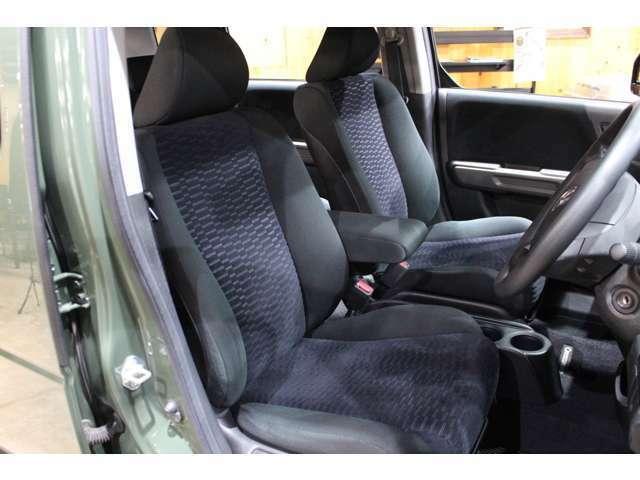 運転席・助手席も綺麗な状態です。シートカバー取付けもお任せ下さい!