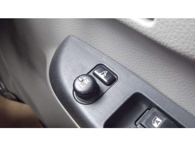 「電動格納ドアミラー」ボタンでミラーの角度調整・開閉が可能です。