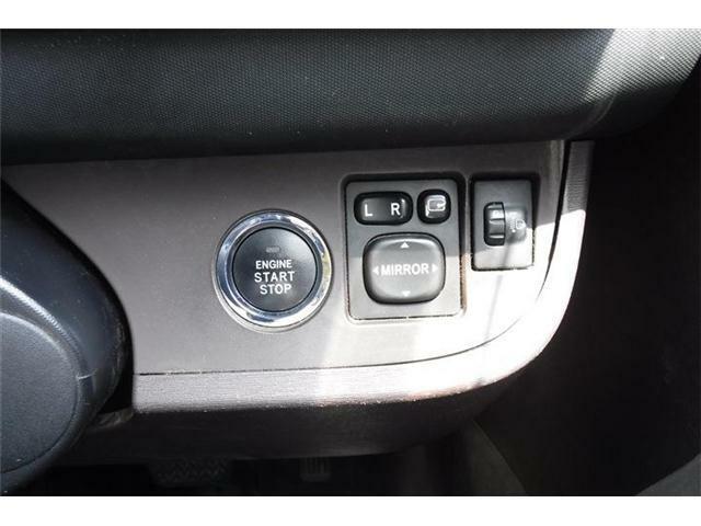 エンジンスタートボタン横に電動格納ドアミラースイッチです。
