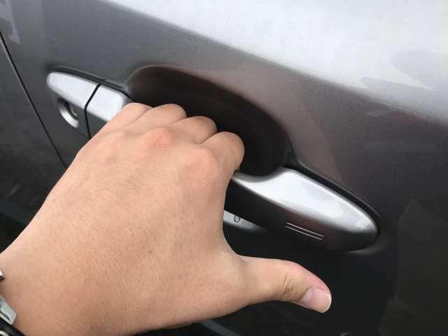 【スマートエントリー】鍵を携帯していればノブを握るだけで開錠が可能です!一度体感すると次また欲しくなる機能です♪