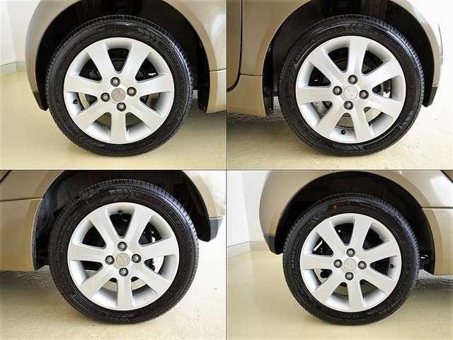 純正アルミホイールはデザインも良く走行安定性がとっても良いんです。タイヤの溝もバッチリあります