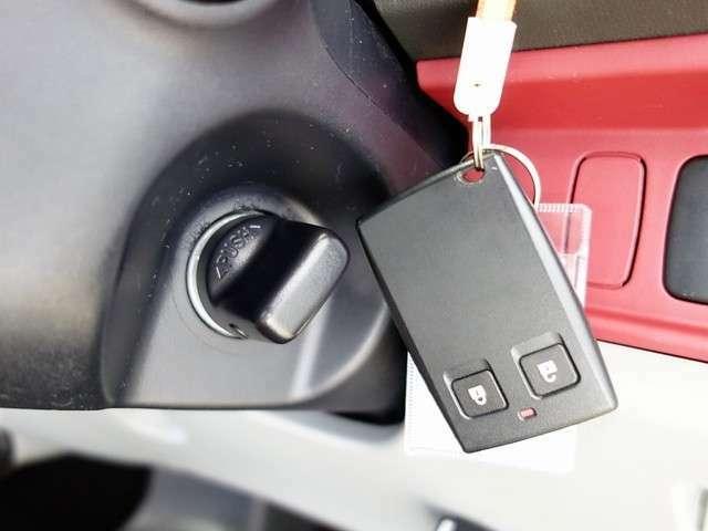 一度使ったら手放せないスマートキー装備☆鍵を差し込まなくてもエンジン始動が可能です。鍵をバックに入れっぱなしでもドアロックの開閉も可能です。