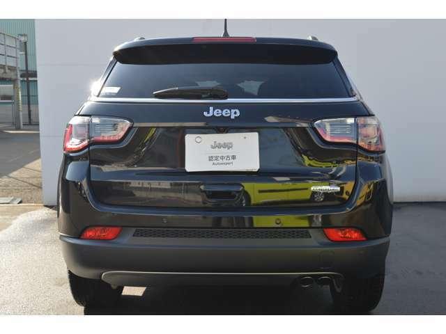 Jeepエンブレムが中央に配置され、ブランドの存在感をアピール!