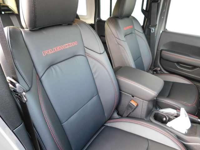 リアシートは足元空間も十分確保されており、大人数でのドライブも快適です!!(