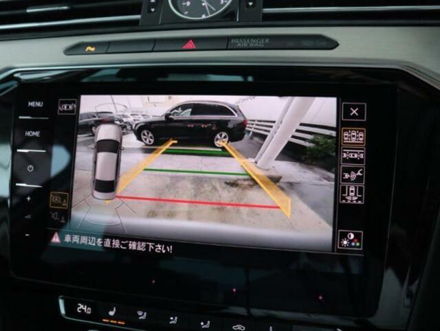 バックカメラ画像。ステアリング連動のガイドライン付きで後方確認をサポートします。
