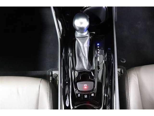シフト操作に合わせてパーキングブレーキが作動するオート機能付き