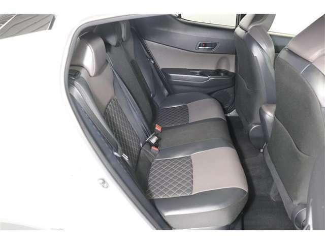 後席シートは6:4分割可倒式。載せる荷物や乗車人数に合わせて片側ずつ倒すことが出来ます。後席シートの座り心地や広さなど、ぜひ実際にご来店頂きご確認ください。