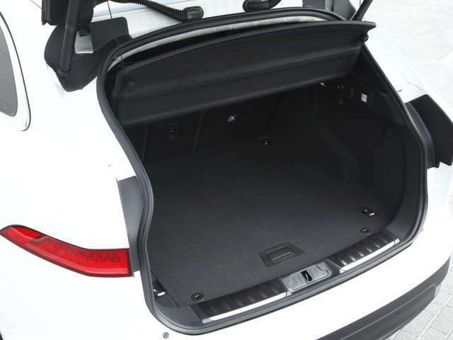 開口部も広いラゲッジスペースで、リヤシートを倒せば更にスペースは広がり便利です。