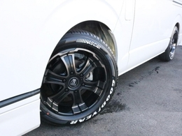 足元にはFLEXワイルドディープス17インチAWを装着! タイヤはグッドイヤーナスカーホワイトレタータイヤを合わせています!