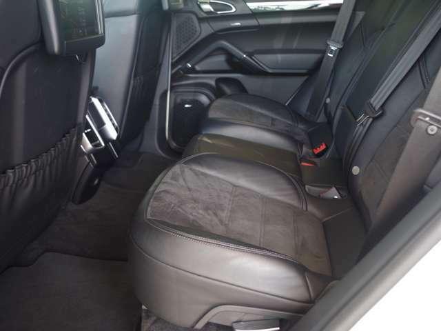 『艶』に拘り開発されたリアルガラスコート艶プラス。輸入車を一段カッコ良く仕上げることができます。