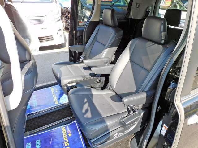 セカンドシートは人気のキャプテンシートです!サードシートへの移動もシート中央から簡単に行えます!!