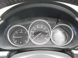 メーター内のインフォメーションディスプレイで燃費などの情報も確認できます。