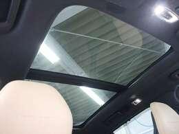天井には電動パノラマ・ガラス・サンルーフを装備 フレッシュエアーを取り入れるにはもってこいな装備です