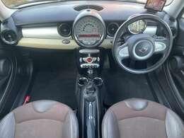 ハーフレザーシートになりシートは外装色と同じ茶色でおしゃれ&清潔感のある車内となっております♪
