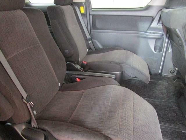 セカンドシートもこの通り本当に綺麗です!もちろんアームレスト装備の上級モデル!さらにオットマン装備の豪華仕様!左右をスライドさせてベンチシートにも!
