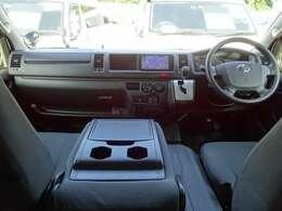 6速AT/運転席エアバッグ/ABS/キーレス/イモビライザー/電動格納式ドアミラー/アクセサリーコンセント(AC100V)/フロントエアコン/リヤクーラー/リヤヒーターが装備されています。