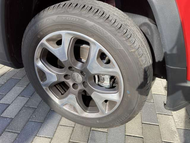 ホイールもきれいです。タイヤ溝も残っております。