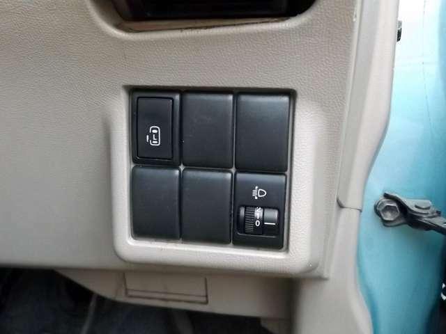 運転席から自動ドアの操作ができます。