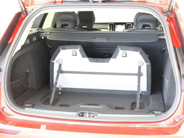 ラゲッジルームには、パーテーションを装備しています。これにより、荷物の区別だけでなく、少量の荷物を載せるときにも荷物への衝撃を最小限に抑えることができます。
