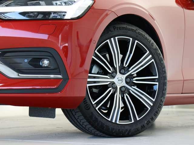 快適な乗り心地と確かなハンドリングを両立する18インチサイズのアルミホイール。勿論インテリセーフ標準装備により歩行者検知機能付フルオートブレーキをはじめとする革新的安全装置を標準搭載します。