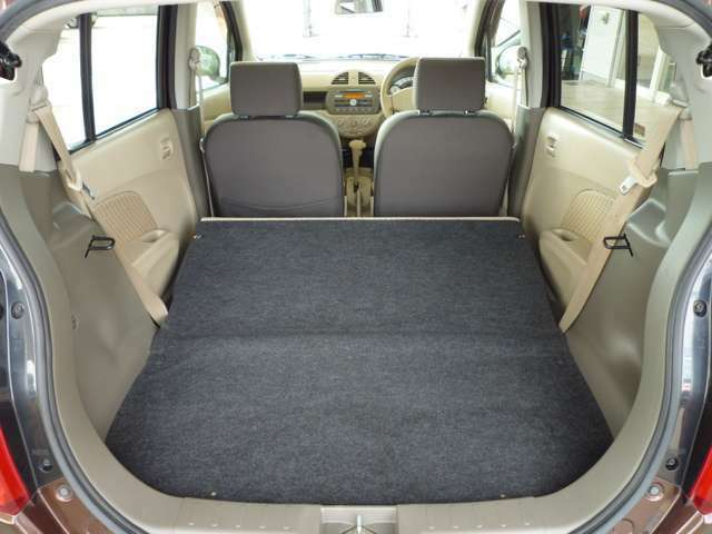 後席の背もたれを倒せばほぼフラットになり大きな荷物も積み込めます