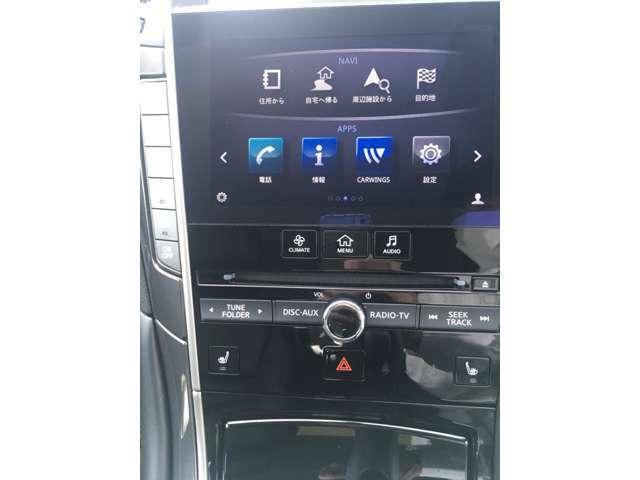 ツインディスプレイ。ナビゲーションの下の画面ではナビゲーション、オーディオ、エアコンなどの操作が画面で出来て便利です。