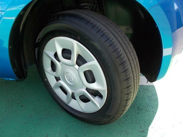 タイヤ溝はまだまだタップリ残っていますからこれから長距離ドライブもどんどん楽しんでください☆足元はデザイン性のあるホイールキャップです☆おしゃれは足元からですよね☆