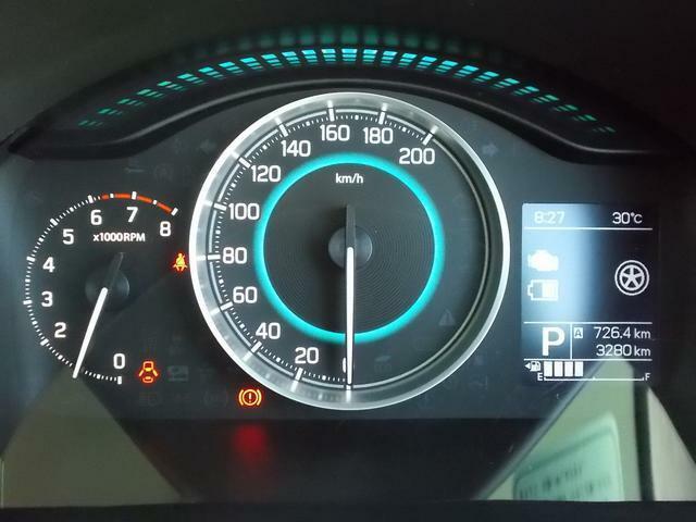 自発光メーター☆メーター内にはマルチインフォメーションディスプレイ☆ディスプレイには平均燃費や航続可能距離、外気温計など表示できます☆平均燃費が良くなるとちょっとうれしいですよね☆