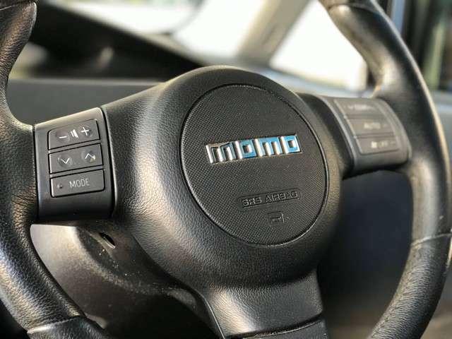 人気のMOMOステアリング・ステアリングスイッチ付きが装備されております。ハンドル1つで車内に高級感が漂います。