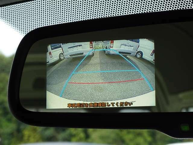 ルームミラーに後方の安全確認や駐停車などに便利な純正カラーバックモニターが装備されています。