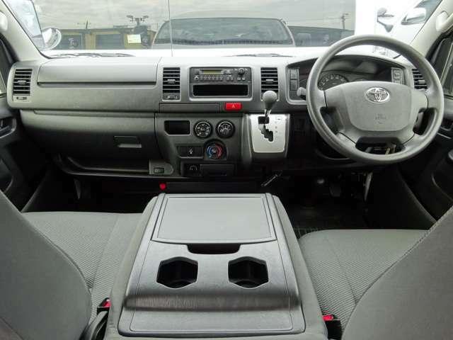 運転席エアバッグ/ABS/キーレス/イモビライザー/純正バックモニター内蔵ルームミラー/フロントエアコン/リヤクーラー/リヤヒーター/純正フロアマットが装備されています。