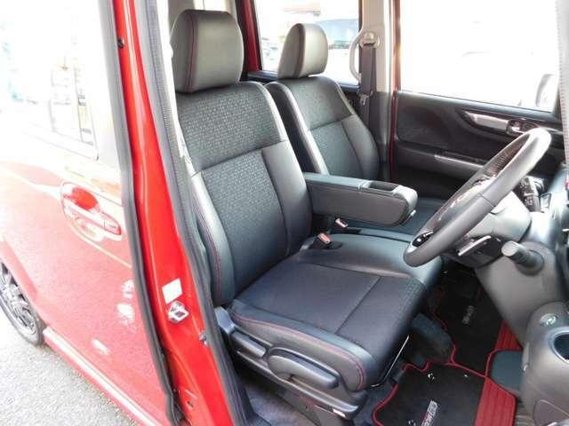 運転席と助手席は前後スライドタイプのベンチシートです!アームレストは仲良くお使い下さいね♪