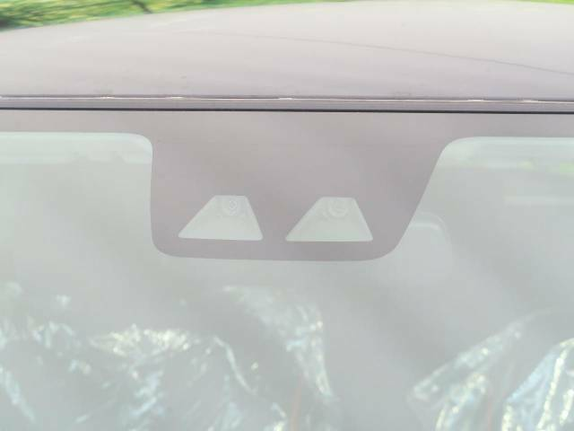 【スマートアシスト】走行中に前方の車両等を認識し、衝突しそうな時は警報とブレーキで衝突回避と被害軽減をアシスト。より安全にドライブをお楽しみいただけます。