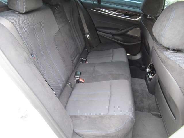 使用感の少ない綺麗なリアシートです。足元も広くリラックスしてお座り頂けます。 リアシート用エアコンが御座いますので、より快適にドライブ中をお過ごし頂けます。