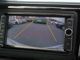 リヤビューモニター搭載。ギヤセレクターレバーをリバース(R)に入れると、リヤバンパーに設置されたカメラが後方の映像をディスプレイに映し出し車両後退時の安全確認をサポートします。