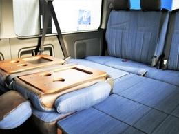 車内後部座席を前に倒して頂くとテーブルが出現!お休みいただく際に御利用いただけます!