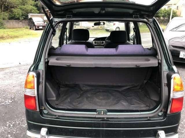 トランクスペースがございますので、定員乗車されてもお荷物を載せられて安心です。