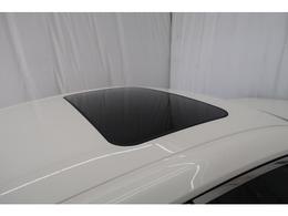 """""""サンルーフ""""装着です!ナビ付き中古車はよくあるけどサンルーフ付きはあまり見かけません。明るく開放的で気持ちがいいです。特にセダンの車高ですと外からも見えるので他の【クラウン】とカッコよさで差が出ます"""
