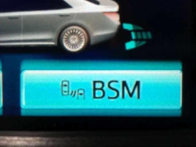 【BSM】リアバンパーに設置した準ミリ波レーダーで、隣(左右)のレーンや後方からの接近距離を検知して、車線変更により衝突の危険性がある場合には、インジケーターや警報でドライバーに注意を促します。