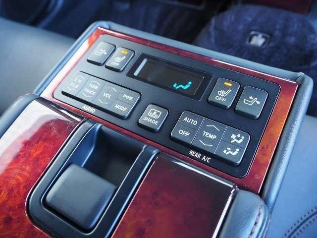 後席でも快適装備!電動サンシェード・電動リクライニング・空調、オーディオ、シートヒーター(左右)の操作が出来ます。