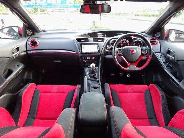 専用!レッド×ブラックシートに、スポーツ感あるメタル製のペダルが装着され車内も、スポーティー感溢れる室内です☆インターナビに、地デジTV・BT音楽・スピーカーシステムなどドライブ装備も充実しております
