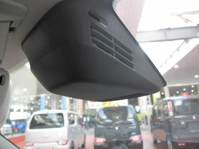 フロントガラスに設置した2つのセンサーで前方の人もクルマも検知して、衝突回避をサポートする、デュアルセンサーブレーキサポートです