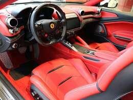 内装は赤で統一されており、外装との色のバランスがかっこいい一台です。