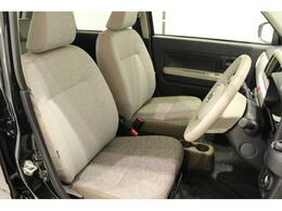 【運転席周り】シートのクリーニングを専用の薬剤を使ってしっかりと除菌と清掃を施してございます。また、厚みのあるシートでゆったりとした運転ができますよ。