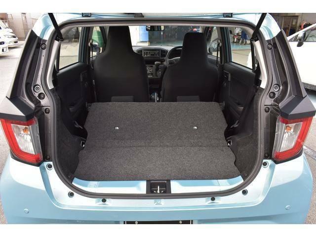 リヤシートを倒せば広々ラゲッジスペースとして利用できます。
