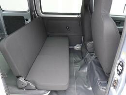 後部座席に人が乗らない時には、シートを倒すと荷室が広くなります!