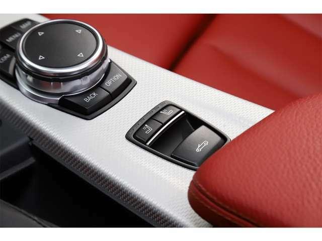 フル電動リトラクタブルルーフ採用。走行中でも勿論操作可能で御座います。