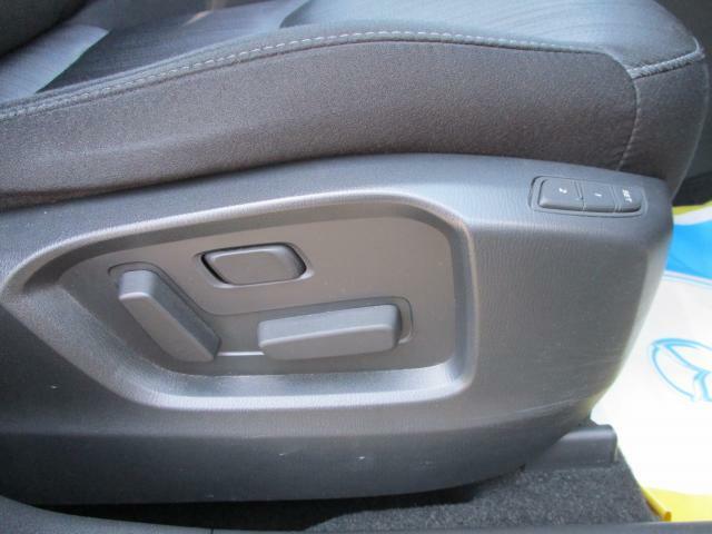 電動シートになっており2パターンシートポジションを記憶できるので車のシェアをしやすいです。