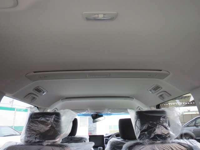 D5のリブボーンフレームは目に見える安全性、安心感をもたらしているところに素晴らしさがある。そう、車内の天井に、あえて「リブボーンフレーム」を意識させるようなベルトデザインをあしらっています